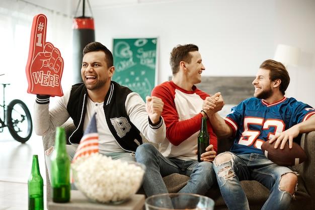 Vista frontale di tifosi di calcio fedeli e fiduciosi