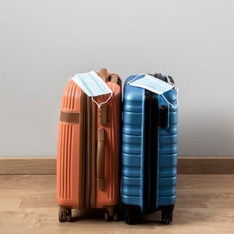 Vista frontale dei bagagli con maschere mediche