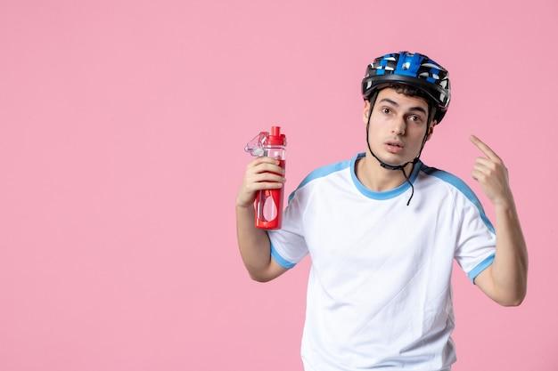 ヘルメットと水のボトルとスポーツ服を着た男性アスリートの正面図
