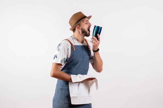흰색 벽 클럽 밤 알코올 음료 작업 컬러 바에 있는 전면 보기 남성 바텐더 청소 셰이커