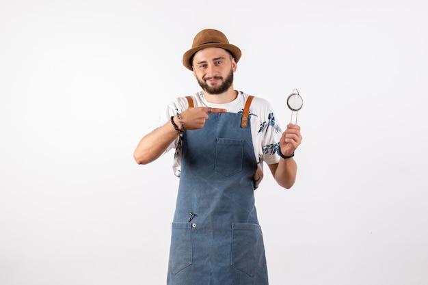 흰색 벽 바 클럽 밤 알코올 음료 작업 모델에 호두까기 인형을 들고 전면 보기 남성 바텐더