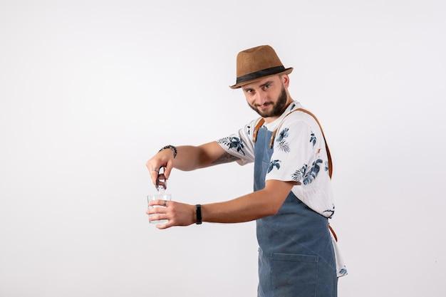 흰색 벽 야간 작업 클럽 알코올 음료 컬러 바에서 음료를 만드는 전면 보기 남성 바텐더