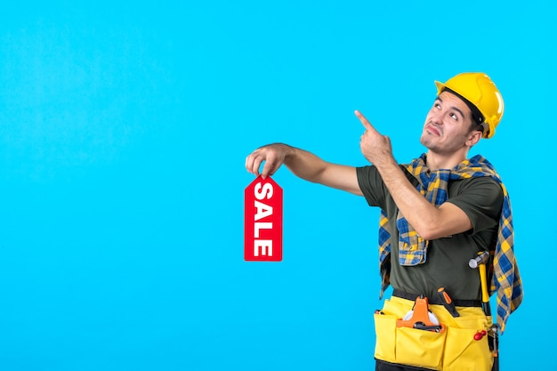 파란색 배경 평면 건축 생성자 속성 색상 건물에 빨간색 판매 쓰기를 들고 전면보기 남성 작성기
