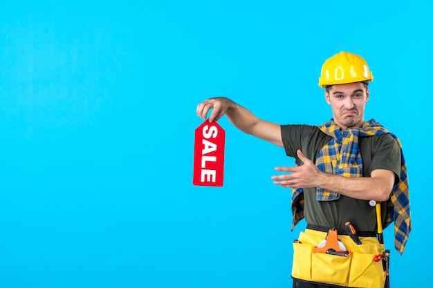 파란색 배경 평면 건축 생성자 속성 색상 노동자 건물에 빨간색 판매 쓰기를 들고 전면보기 남성 빌더
