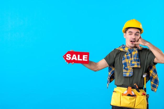 파란색 배경 평면 건축 생성자 속성 색상 작업자 건물에 빨간색 판매 쓰기를 들고 전면보기 남성 빌더