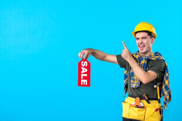 파란색 배경 평면 건축 속성 색상 작업자 건물에 빨간색 판매 쓰기를 들고 전면보기 남성 빌더
