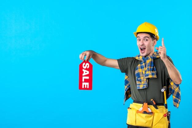 파란색 배경 속성 평면 건축 생성자 작업자 건물 색상에 빨간색 판매 쓰기를 들고 전면보기 남성 빌더