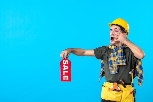 파란색 배경 작업자 속성 평면 건축 생성자 건물 색상에 빨간색 판매 쓰기를 들고 전면보기 남성 빌더