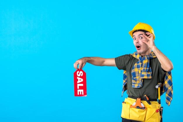 파란색 배경 노동자 속성 평면 건축 생성자 건물 색상에 빨간색 판매 쓰기를 들고 전면보기 남성 빌더