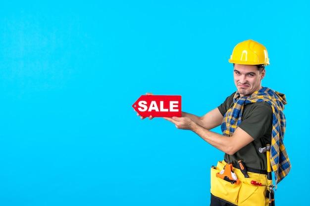 파란색 배경 평면 건축 생성자 건물 속성 색상 작업자에 빨간색 판매 쓰기를 들고 전면보기 남성 빌더