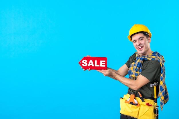 파란색 배경 건축 생성자 작업자 건물 속성 색상에 판매 쓰기를 들고 전면보기 남성 빌더