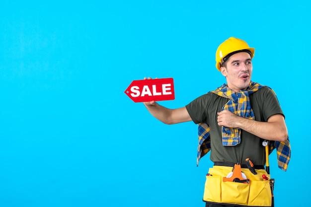 파란색 배경 평면 건축 생성자 건물 속성 색상에 판매 쓰기를 들고 전면보기 남성 빌더