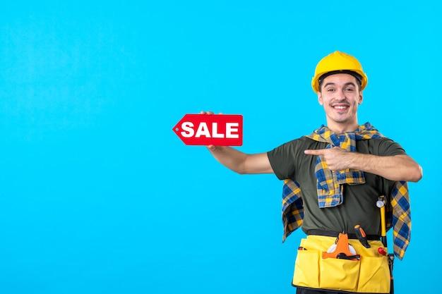 파란색 배경 평면 건축 생성자 색상 건물 돈 속성에 판매 쓰기를 들고 전면보기 남성 빌더