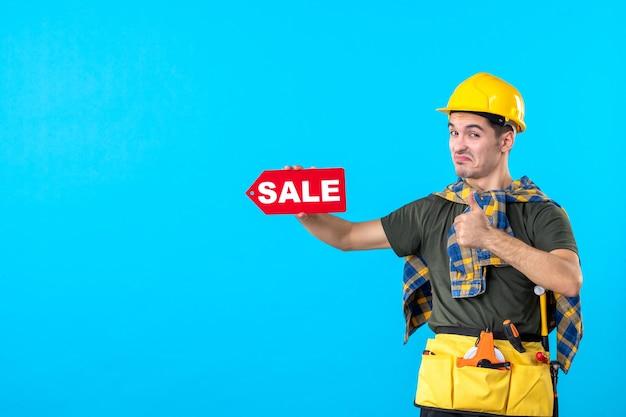 파란색 배경 평면 건축 생성자 색상 작업자 돈 속성에 판매 쓰기를 들고 전면보기 남성 빌더