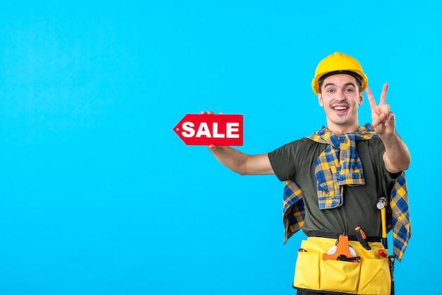 파란색 배경 평면 건축 생성자 노동자 건물 돈 속성에 판매 쓰기를 들고 전면보기 남성 빌더