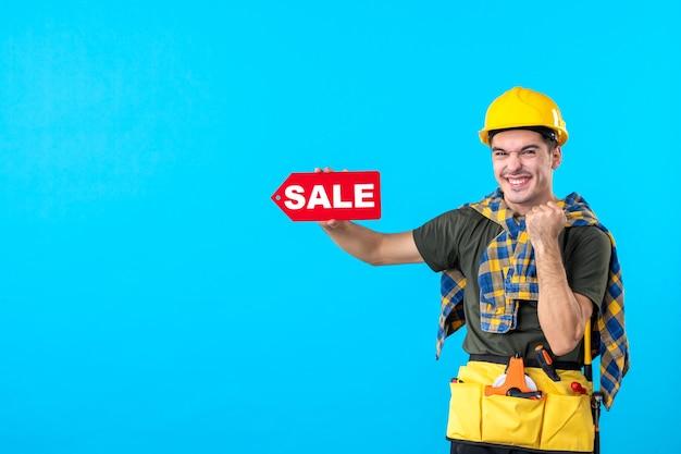 파란색 배경 평면 건축 생성자 노동자 건물 속성에 판매 쓰기를 들고 전면보기 남성 빌더