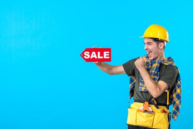 파란색 배경 평면 건축 생성자 작업자 건물 속성 색상에 판매 쓰기를 들고 전면보기 남성 빌더