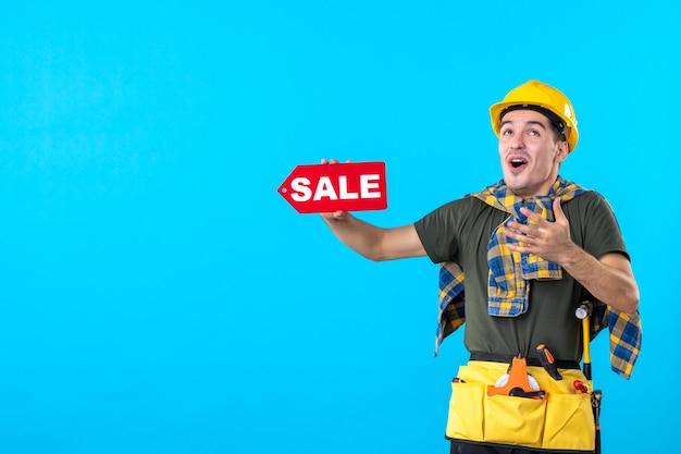 파란색 배경 평면 건축 생성자 작업자 속성 색상에 판매 쓰기를 들고 전면보기 남성 작성기