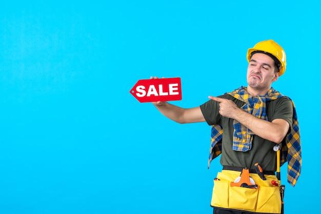 파란색 배경 평면 건축 작업자 건물 속성 색상에 판매 쓰기를 들고 전면보기 남성 빌더