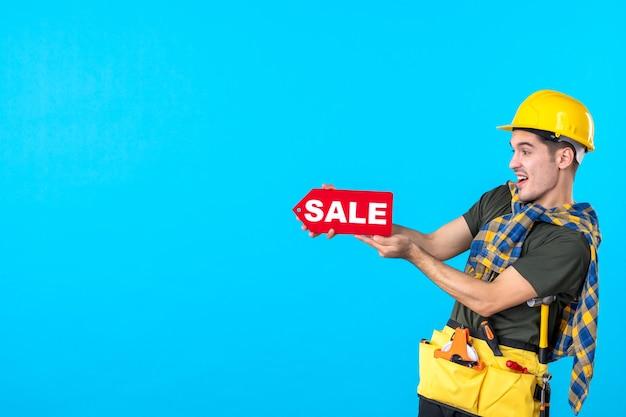 파란색 배경 평면 생성자 작업자 건물 속성 색상에 판매 쓰기를 들고 전면보기 남성 작성기