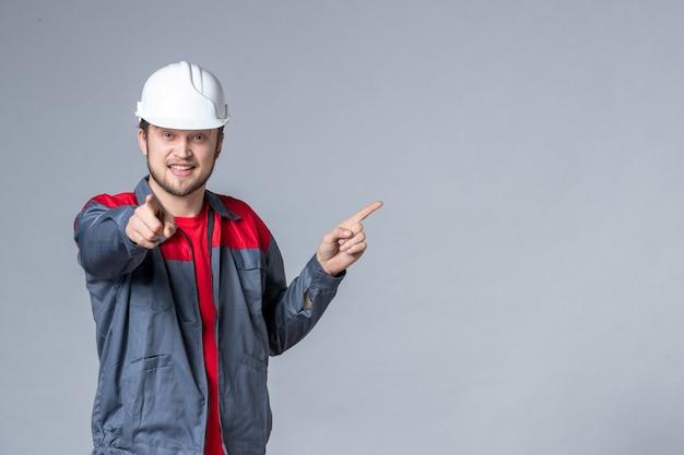Costruttore maschio vista frontale in uniforme su sfondo chiaro