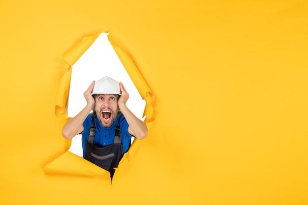 Costruttore maschio vista frontale in uniforme su sfondo giallo