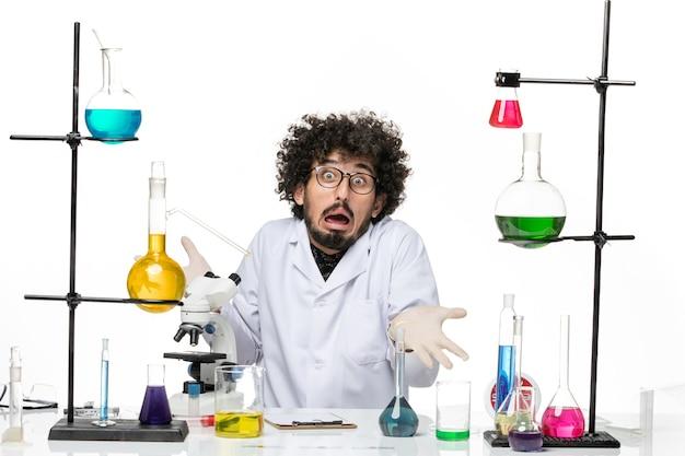 그냥 공백에 솔루션 테이블 앞에 앉아 의료 소송에서 전면보기 남성 화학자