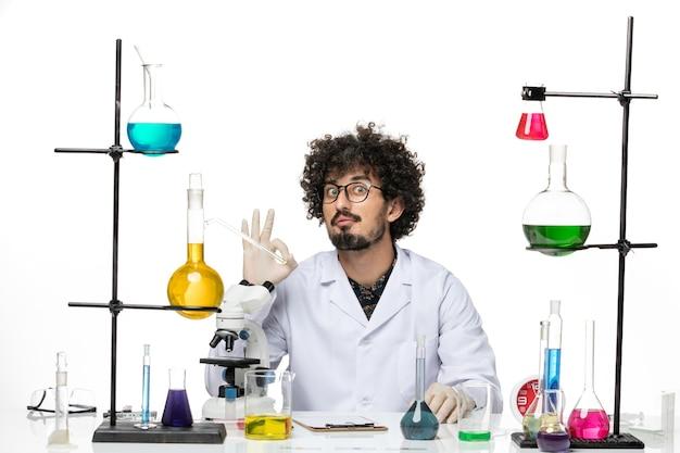 그냥 공백에 앉아 의료 소송에서 전면보기 남성 화학자