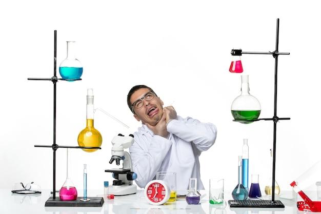 正面図白い医療スーツを着た男性化学者が白い背景の科学covid-labパンデミックウイルスに身を寄せ