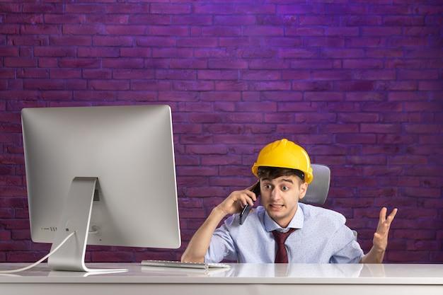 전화에서 얘기하는 사무실 책상 뒤에 전면보기 남성 생성자