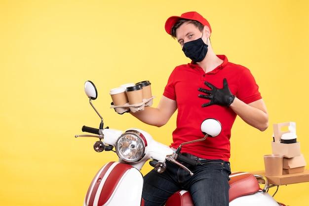 Corriere maschio vista frontale in bici in maschera con caffè su giallo