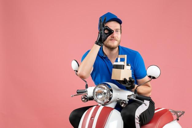 Corriere maschio di vista frontale in uniforme blu che tiene caffè sul lavoro di colore rosa servizio di consegna di fast-food lavoro bici