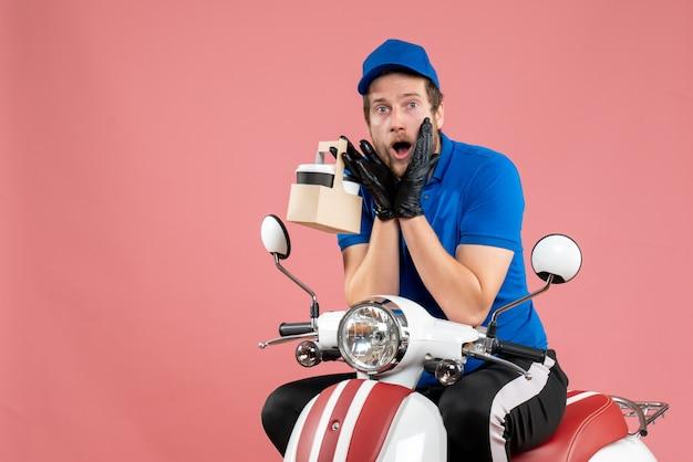 Corriere maschio di vista frontale in uniforme blu che tiene caffè sul lavoro rosa del lavoratore del servizio di consegna di fast-food lavoro a colori