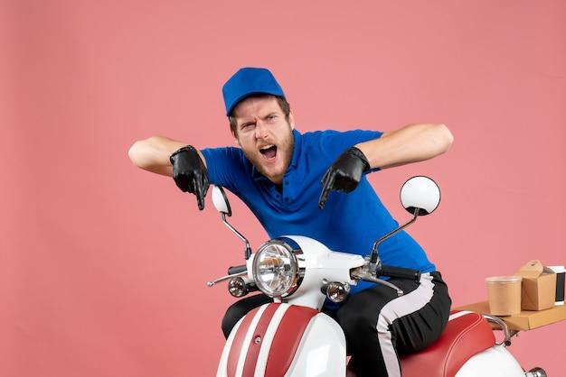 Corriere maschio vista frontale in uniforme blu su colore rosa lavoro fast-food servizio bici consegna lavoro cibo