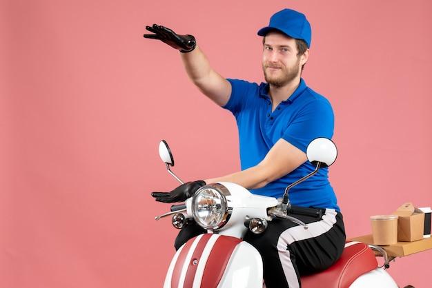 Corriere maschio vista frontale in uniforme blu sul rosa Foto Gratuite