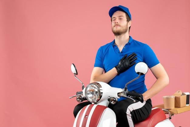 Corriere maschio vista frontale in uniforme blu sul rosa
