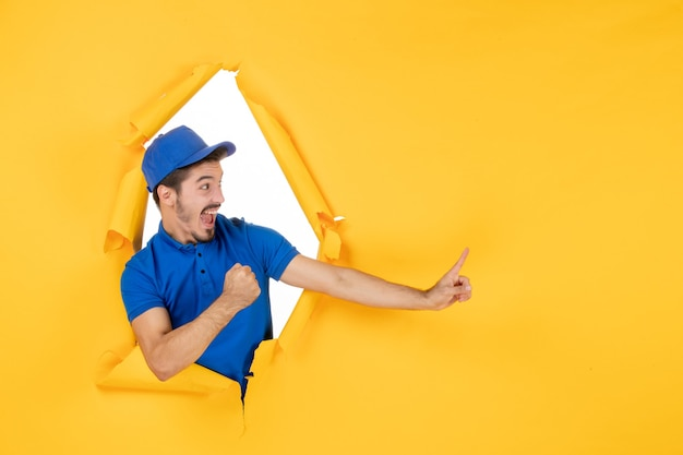 Corriere maschio vista frontale in uniforme blu su spazio giallo Foto Gratuite