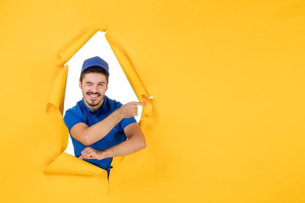 Corriere maschio vista frontale in uniforme blu su spazio giallo