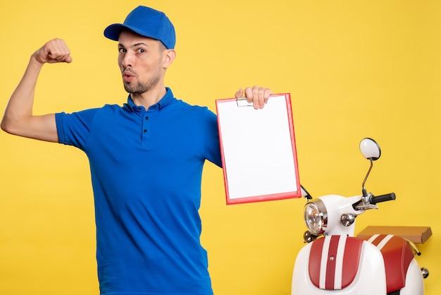 Вид спереди мужской курьер, держащий заметку о файле на желтом цвете, рабочая форма на велосипеде, рабочая эмоция