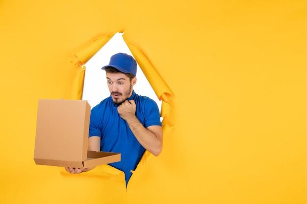黄色のスペースに開いたピザボックスを保持している正面図男性宅配便 無料写真