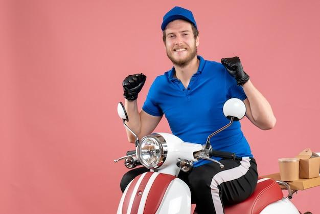 Курьер-мужчина в синей униформе и перчатках на розовом велосипеде по доставке еды в фаст-фуд, вид спереди