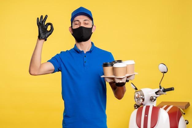 파란색 유니폼과 노란색 유니폼 작업 서비스 covid-work 배달 유행성에 커피를 들고 마스크에 전면보기 남성 택배