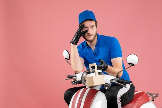 ピンク色のファーストフード仕事の配達仕事バイク サービス ワーカーの男にコーヒーを保持している青い制服を着た正面の男性宅配便