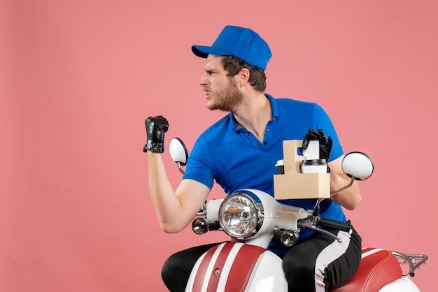 ピンク色の仕事のファーストフード配達サービス労働者の仕事にコーヒーを保持している青い制服を着た正面の男性宅配便