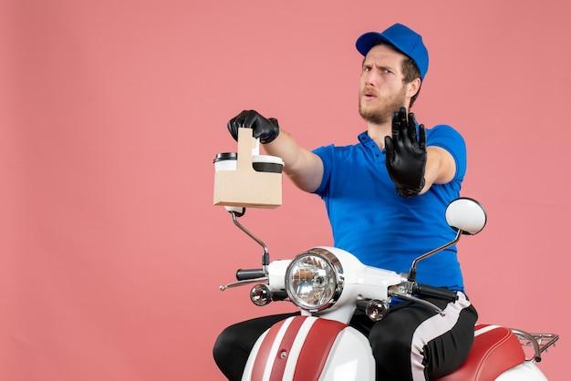 ピンク色の仕事のファーストフード サービス ワーカーの配達作業用自転車にコーヒーを保持している青い制服を着た正面の男性宅配便