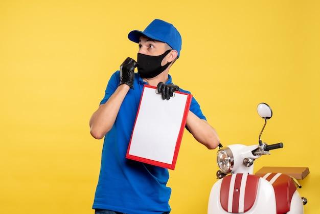 Курьер-мужчина в синей форме, вид спереди, держит заметку о желтой работе службы занятости, цветная форма доставки работы