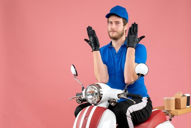 ピンク色のフードバイク配達サービスファーストフードの仕事に青い制服を着た正面の男性宅配便