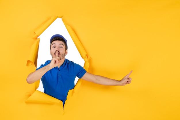 黄色のスペースに青い制服を着た正面図の男性宅配便