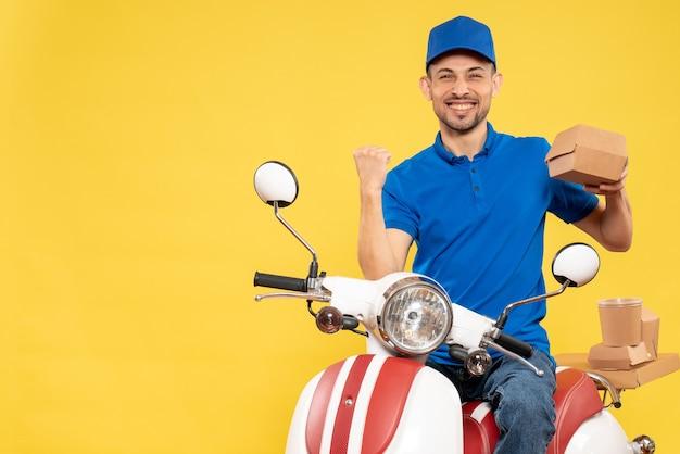 Курьер-мужчина в синей форме, вид спереди, радуется желтой доставке работы.