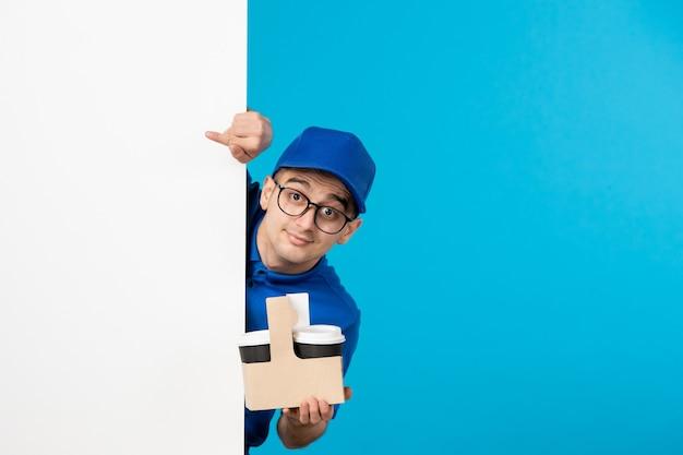 파란색에 커피와 함께 파란색 유니폼 전면보기 남성 택배